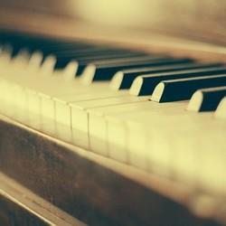 Klavir 890x395